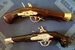 RARE ! Lot De 2 COLTS  Flacons AVON - NEW WORLD Et TAIWINDS - Pistolets - Révolvers - Bottles (empty)