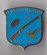 PIN'S  THEME SPORT BALL TRAP VILLE DE LA CHAPELLE ST MELAINE  EN ILLE ET VILAINE - Unclassified