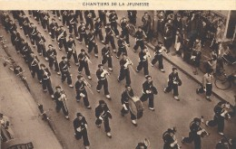 C P A  -VICHY  La Musique Nationale Chantier De La Jeunesse Dans Les Rue De Vichy - Vichy