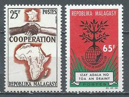 Madagascar YT N°399-400 Coopération - Université Nationale Neuf ** - Madagascar (1960-...)