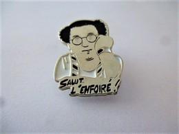 PINS COLUCHE SALUT L'ENFOIRE / Signé Eastwood / 33NAT - Celebrities