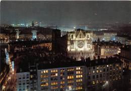 LYON La Cathedrale Saint Jean Et La Ville Le Soir Des Illuminations Du 8 Decembre 26(scan Recto-verso) MA657 - Otros