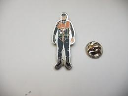 Beau Pin's , Armée Militaire , Gendarmerie , Plongeur , Homme Grenouille - Militaria