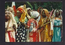 "CPSM ILES COMORES - Un "" Tonus "" Indigène - TB PLAN FEMMES En Costume + TB Verso + TB 3 TIMBRES 1957 - Comoros"