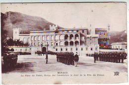 MONACO . LA PLACE DU PALAIS REVUE DES CARABINIERS LE JOUR DE LA FÊTE DU PRINCE . ANIMEE - Palais Princier