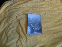 CARTE POSTALE PHOTO ANCIENNE CIRCULEE DE 1912. / ANOTATION SOUVENIR DE MONTE CARLO FEVRIER 1912. / FEMME JARDIN - Persone Anonimi