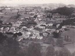 Photo 13 X 18 : Ariège : Prat (09)    Vue Aérienne Du Village   Cliché Combier 1954 Très Rare - Places