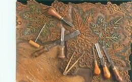 Vieux Metiers  -   Detail D 'une Planche D 'impression Et Outils De Graveur Sur Bois         B343 - Artisanat