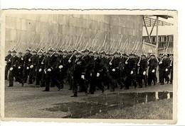 Carte Photo Militaires - Défilé De Commandos De L'Armée De L'Air - Uniforms