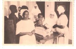 Afrique - Congo Belge - Missions Des Oblates De L'Assomption - Hôpital De MUSYENENE-KIVU-Pesée Des Bébés-Religieuses - Congo Belge - Autres