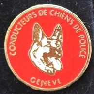CONDUCTEURS DE CHIENS DE POLICE - GENEVE - GENFER POLIZEI - FOND ROUGE - BERGER ALLEMAND - DOG - HUND -  (ROSE) - Politie