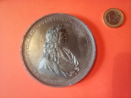 """MEDAILLE DIAMETRE 8 CM  COLBERT Par BERTONNIER 1619/1683 """" LABOR OMNIA VINCIT IMPROBUS """" EN ETAIN   172 Grammes - Royaux / De Noblesse"""