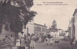 17. COZES . CPA . ENTREE DE LA VILLE SUR ROUTE DE ROYAN. ANIMATION. ANNEE 1908 - France
