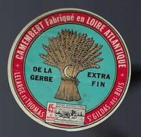 Etiquette Fromage Camembert Fabriqué En Loire Atlantique De La Gerbe  Lelarge Et Thomas St Gildas Des Bois - Cheese