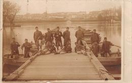"""VERSAILLES - Carte-Photo Militaire - Le 1er Génie Construisant Un Pont - Photographe """"C. Deroo"""" 70 Rue De La Glacière - Versailles"""