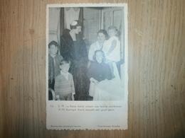 S.M.LA Reine Astrid Visitant Une Famille Nombreuse - Royal Families