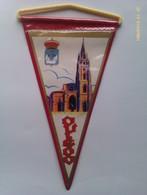 Banderín De Oviedo. Asturias. España. Años '60-'70 - Escudos En Tela