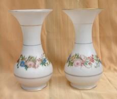 Une Paire De Vase En Opaline XIX Siècle En Bon état. Décor De Même Fleurs,mais Compositions Différentes. Les Filet D'or - Glas & Kristall