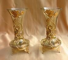 Paire De Petits Vases époque Début XXéme Siècle. Monture Laiton Doré, Quelques Traces D'usure Sur La Dorure. Diam. Col 7 - Glass & Crystal