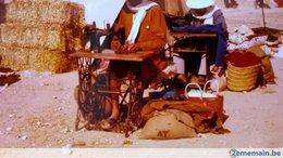 MACHINE À COUDRE À PEDALE LOT 2 PHOTOS ORIGINALES TOURISTES EN TUNISIE SANS DOUTE EN 1978 - Objects