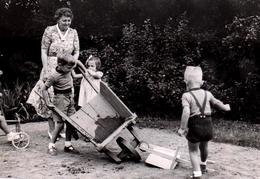 Horrible Photo Originale D'un Terrible Accident De Brouettes Au Jardin De La Grand-Mère Vers 1950/60 - Personnes Anonymes