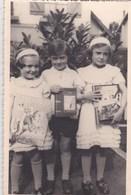 Photo :Trois Enfants Studieux Dotés De Leur Livre De Prix  Chaussettes Blanches Et Souliers Vernis ! - Personnes Anonymes