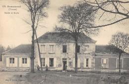 CPA 86 BEAUMONT MAIRIE ET ECOLE - France