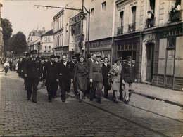 ARGENTEUIL PHOTO DIM : 22/18cm  DEFILE L'abbé Claude Betencourt Devant Le CINEMA MAJESTIC - Lieux