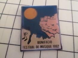 Pin1012b Pin's Pins / Rare Et De Belle Qualité / CORSE BONIFACIO FESTIVAL DE MUSIQUE 1992 Boum Boum Boum ? - Musik