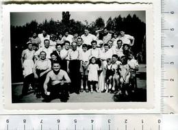 Photo De Famille Avec Un Homme Torse Nu - Personnes Anonymes