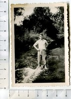 Jeune Homme Les Pieds Dans L'eau Dans Une Rivière En 1939 - Personnes Anonymes