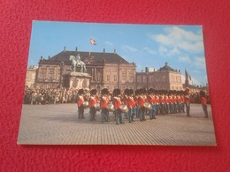POSTAL POST CARD POSTCARD CARTE POSTALE DINAMARCA DENMARK DANMARK COPENHAGUE COPENHAGEN THE ROYAL GUARD AT AMALIENBORG - Dinamarca