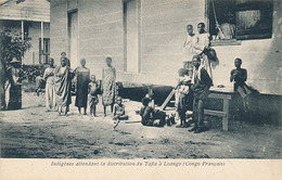 LOANGO - INDIGENES ATTENDANT LA DISTRIBUTION DU TAFIA A LOANGO - French Congo - Other