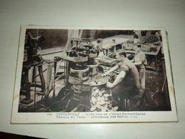 Concarneau : Intérieur De L'Usine Provost-Barbe : Travail Du Thon : Sertissage Des Boîtes : Animée - Concarneau
