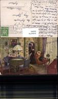 563095,Künstler Ak Frau Wohnzimmer Vitrine Lampe Interieur Einrichtung - Ansichtskarten
