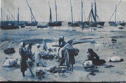Carte Postée De Luino (Agra, Italie) 1917 - Femmes Et Bateaux De Pêche à Identifier - Ufficio Rev. Stampa - Te Identificeren