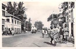 Afrique (Dahomey BENIN) COTONOU Une Rue (Texaco Vélo Citroen Traction )(Editions R.ROUINVY Cotonou 7) *PRIX FIXE - Benin