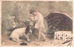 ENFANT LES FESSES NUES REGARDANT DANS UN BROC LE CHIEN A COTE A L'AIR TOUT PENAUD CARTE PRECURSEUR CIRCULEE 1905 - Scènes & Paysages