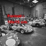 Reproduction D'une Photographie Du Garage Ferrari Aux 24 Heures Du Mans De 1964 - Reproductions