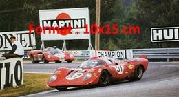 Reproduction D'une Photographie D'un Bolide N°57 Devant Une Publicité Martini Aux 24 Heures Du Mans De 1970 - Reproductions