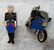 """Pin's Gendarmerie  """" 1 Figurine - 1  Motards  - Argent """" - Militaria"""