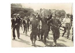 Cpsm MILITARIA Paris - Un Prisonnier Allemand Emmené Par Les F.F.I. - 1944 - Libération - Soldats FUSIL - Guerre 1939-45