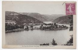 LAUSSAC EN 1934 - LE LAC DU GRAND BARRAGE DE SARRANS - PETITE COUPURE EN BAS ET PLI ANGLE BAS A DROITE - CPA VOYAGEE - Autres Communes