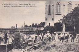 LIMONEST - ECOLE SANDAR - GROUPE D'ELEVES EDIFIANT UN MUR DE COUR - 69 - Limonest