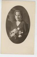 FEMMES - FRAU - LADY - Belle Carte Photo Portrait Femme Avec Fleurs (non Située ) - Women