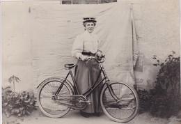"""Photographie Morbihan Pontivy Noyal """" Femme A Bicyclette """" Dimension 15 X 21 Cm - Lieux"""