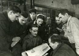 URSS Moscou Premiers Lecteurs Du Journal La Pravda Ancienne Photo 1947 - Photographs