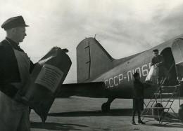 URSS Moscou Livraison Par Avion Du Journal La Pravda Ancienne Photo 1947 - Photographs