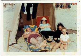 Foto/Photo. Scène De Plage. 1971. Homme En Maillot Et Enfants. Sieste. - Personnes Anonymes