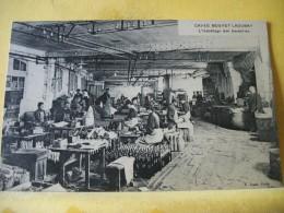 49 2188 CPA. 49 CAVES BOUVET LADUBAY. L'HABILLAGE DES BOUTEILLES (VIN DE SAUMUR) (+ DE 20000 CARTES A MOINS DE 1 EURO) - Francia
